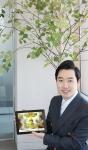 트리플래닛 김형수 대표가 실제 나무를 심어주는 게임 트리플래닛3를 소개하고 있다.