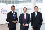 (왼쪽부터) 아룬자이 미탈(Arunjai Mittal) 경영이사회 위원 - 지역, 세일즈, 마케팅, 전략 개발 및 M&A 총괄 라인하드 플로스(Reinhard Ploss) CEO, 도미니크 아삼(Dominik Asam) CFO