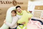 슬립앤슬립 엔터식스 한양대점에서 고객이 기능성 베개를 들고 있다.
