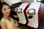 LG전자가 온수 기능을 넣고 편의성을 강화한 직수형 온정수기 신제품을 출시했다.