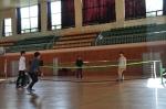 지역주민들이 실내체육관에서 배드민턴을 즐기고 있다