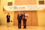 KMI 이규장 이사장(오른쪽)과 한국경제매거진 이희주 대표(왼쪽)가 기념촬영에 임하고 하고 있다.