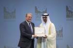 아부다비 국립 전시센터에서 개최된 아부다비 지속가능성 주간의 일환으로 열린 세계미래에너지 정상회담 개회식에서 아부다비 황태자인 셰이크 모하메드 빈 자예드 알 나얀 (Sheikh Mohammed Bin Zayed Al Nahyan) 아랍에미리트군 부총사령관(사진 우측)이 앨 고어(Al Gore) 미국 전부통령(사진 좌측)에게 '평생업적상'(Lifetime Achievement Award)을 수여하고 있다.