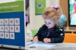 미국 어린이가 한글 교육 앱으로 한글 문장을 만들고 있다.