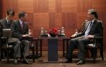 구본무 LG 회장(오른쪽)이 24일 오전 서울 장충동 신라호텔에서 한국을 방문 중인왕양 중국 부총리(왼쪽)를 만나 상호 발전 및 협력에 대한 의견을 나눴다.