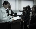 이지수능교육 정진세교무이사가 장학생에게 장학증서를 수여하고 있다.