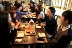 작년 10월 서울 종로구 그랑서울몰에서 열린 로맨틱 그랑서울 단체미팅 이벤트에 참가한 참가자들이 맛있는 음식과 이야기를 나누며 즐거운 시간을 보내고 있다.