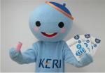 한국전기연구원 기관홍보 캐릭터 꼬꼬마 케리가 올바른 배터리 이용을 위한 KERI 배터리 가이드북을 들어 보이고 있다.