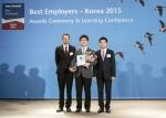 한국먼디파마 대외협력부 김용정 상무(가운데)가 2월 4일 에이온휴잇(Aon Hewitt)의 주최로 진행된 '2015 한국 최고의 직장 시상식 및 세미나'에서 '최고의 직장 본상' 수상 기념패를 수여 받았다.