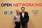 이강원 SK텔레콤 NIC(Network IT Convergence) 담당(우측)이 10일(한국시각) 미국 산호세에서 열린 ONOS 공동 개발을 위한 첫 이사회 미팅에 참석해 스탠포드 교수이자 ONOS 프로젝트를 총괄하고 있는 구루 파룰카(Guru Parulkar)와 인사를 하고 있다.
