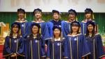 2013년도 1기 졸업예배에서 1기 졸업생들과 교장 조형래 목사. 2015년도 2기 졸업식은 2월 14일 거행될 예정이다.