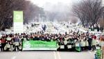 지난 2월 7일 아름다운나눔보따리 서울 행사장, 뒤로 봉사자들의 배달 차량 위에 나눔보따리가 올려져 있다.