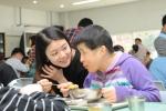 설을 맞아 봉사활동에 나선 한국교직원공제회 직원이 시각중복 장애인 공동체 여주 라파엘의 집을 방문해 일일 도우미 활동을 펼치며 몸이 불편한 시각중복 장애인의 식사를 돕고 있다.