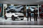 (왼쪽부터) 톰 커언스 기아차 미국 디자인센터 수석 디지아너와 마이클 스프라그 기아차 미국법인(KMA) 마케팅 담당 부사장이 2015 시카고 오토쇼(2015 Chicago Auto Show) 미디어 행사에서 기아차 콘셉트카 트레일스터(Trail'ster)를 설명하고 있다