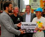 작년 9월 21일, 아바즈 상임이사 릭켄 파텔, 전 세계 시민 기후행진에서 100% 깨끗한 에너지 사용을 촉구하는 청원서를 반기문 사무총장에게 전달