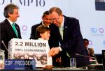 작년 12월 리마 정상회담 - 페루 아동, 100% 깨끗한 에너지 사용을 촉구하는 청원서를 반기문 사무총장께 직접 전달