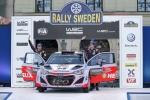 티에리 누빌(오른쪽)과 보조드라이버 니콜라스 질술(Nicolas Gilsoul, 왼쪽))이 i20 WRC 차량에서 기념 촬영을 하고 있는 모습