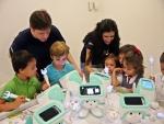스페인 최대 통신기업 텔레포니카社가 운영하는 유소년 IT교육 프로그램 '탈렌툼스쿨'에 참여한 어린이들이 SK텔레콤의 스마트로봇 '아띠'를 활용해 교육을 받고 있다.