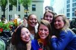 독일 프랑크푸르트 응용과학대학(Frankfurt University of Applied sciences)에 교환학생으로 파견된 건국대 학생이 대학 페스티벌에서 독일 학생들과 활짝 웃고 있다.