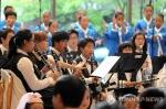 마음으로 소통하는 행복연주회에서 청각장애 유소년들로 구성된 사랑의 달팽이 클라리넷 앙상블과 다문화가정 '지구촌합창단' 단원들이 멋진 연주를 선보이고 있다.
