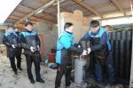 한국교직원공제회 임직원 30여명이 지난 26일, 경기도 파주시 검산동 일대를 찾아 연탄을 배달하고 있다