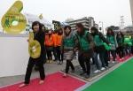 걸으면서 기부하는 '착한걸음 6분걷기캠페인'에 박희경대표이사와 임직원들이 함께 울퉁불퉁한 6분 트랙을 걷고 있다.