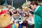 롯데월드 어드벤처(대표 박동기)에서 시집가는 날 연기자들이 손님들에게 부럼을 나눠주고 아이들은 부럼을 깨고 있다.