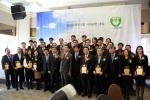 올해의 사회공헌 대상 기업으로 선정된 기업 대표 수상자들이 단체사진을 찍고 있다.