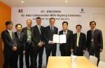 MWC가 열리고 있는 스페인 바로셀로나에서 이동면 KT 융합기술원장과 에릭슨의 토마스 노렌 부사장 겸 무선제품군 총괄이 5G 협력을 위한 양해각서(MoU)를 체결하고 있다.