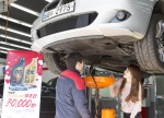 SK네트웍스의 자동차서비스 브랜드 스피드메이트는 오는 5월말까지 2011년식 수입차 운전고객을 대상으로 최고급 합성유 ZIC XQ TOP 엔진오일을 3만원에 교환해주는 3만원의 행복 프로모션을 진행한다. 한 여성 운전고객이 수입차 경정비 서비스를 제공하는 스피드메이트 오천점에 방문, 엔진오일 교환 서비스를 받고 있다.
