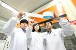 대전에 있는 LG화학 기술연구원에서 연구원들이 SRS®(안전성강화분리막)을 검사하고 있다