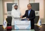 이덕훈 수은 행장(사진 오른쪽)이 8일 오후 카타르개발은행 본사에서 압둘라지즈 나써 알 칼리파 QDB CEO를 만나 금융협력을 위한 업무협약을 체결한 뒤 악수를 나누고 있다