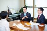 ING생명  정문국 대표이사 사장이 10일 재정 컨설턴트(FC)와 함께 서울 반포의 한 고객을 직접 찾아가 만나는 자리를 가졌다.
