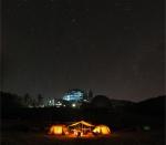 starry night. 야영캠프 참가자들이 어두운 밤하늘에 펼쳐진 별빛 아래에서 야영을 즐기고 있다. 국립고흥청소년우주체험센터는 우주과학을 주제로 별밤야영캠프 개최하고 있다