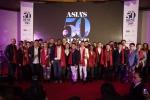 산 펠레그리노 앤 아쿠아 판나가 후원하는 아시아 최고 레스토랑 50에 선정된 셰프와 레스토랑 경영자들이 무대에 올라서 있다.