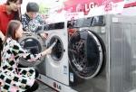 중국 베이징 시내에 위치한 전자 매장에서 고객들이 LG전자 프리미엄 드럼세탁기 신제품을 살펴보고 있다.