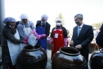 인산가가 지난 7일 경남 함양 인산연수원에서 주한 외국 대사 부부 초청 전통 장 담그기 행사를 성황리에 마쳤다