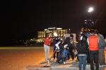 소통 부산 해운대를 찾은 시민들이 해변에 설치된 천체망원경으로 달을 관찰하고 있다