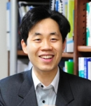 건국대 이상욱 교수 연구팀이 극소규모 산화아연 막대의 진동에서 발생하는 전압으로 전기를 생산할 수 있는 마이크로 발전 소자를 개발했다.