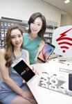 KT는 23일부터 삼성전자 플래그십 모델인 '갤럭시S6', '갤럭시S6 엣지' 사전안내 및 체험 행사를 진행한다. 사진은 모델들이 서울 강남에 위치한 올레애비뉴에 전시중인 삼성전자 갤럭시S6, 갤럭시S6 엣지를 소개하고 있는 모습