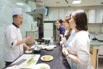 참가자들에게 광둥식 요리를 설명하는 크리스탈 제이드의 왕가흥 셰프