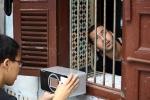 모로코의 가정을 방문해 스마트 약상자를 설치하는 모습