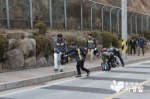 KB국민은행 경영지원그룹과 사단법인 함께하는 사랑밭이 안산 자락길에서 환경개선 봉사를 진행했다