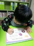 아소비에서 한글공부를 하고 있는 아이
