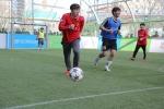지난 28일 서울 용산역 광장에서 열린 스탠다드차타드은행 트로피컵 - 로드 투 안필드 2015(국제 아마추어 풋살 대회) 한국대표팀 선발전에서 개그콘서트팀과 지난 해 한국 본선 우승팀인 풋살아카데미가 특별 경기를 하고 있다.
