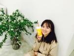 30일, 배우 윤승아가 자신의 인스타그램에 스무디킹의 슬림 앤 슬림 스트로베리를 즐기는 모습을 공개했다.