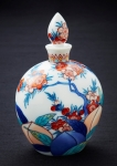 봉건시대 이후 일본 귀족들에게 상납된 수많은 도자기들을 제작했던 나베시마 도자 기술(Nabeshima Kiln techniques)을 전수받고 그 명맥을 잇고 있는 전통 공예가 하타이시 신지(Shinji Hataishi)가 제작한 이마리 향수 자기 또한 객실 고객들을 위해 전시될 예정이다.
