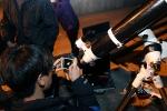 천체 유랑단과 함께 한 경험을 공유하기 위해 천체를 스마트폰에 담고 있다.