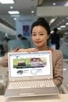 삼성전기 직원이 새롭게 개편한 홈페이지를 설명하고 있다