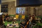 지난 3월 29일 아우라DM의 1주년을 맞아 고객들을 초대하여 열린 와인파티에서 고객들의 웨딩사진을 감상하고 있다